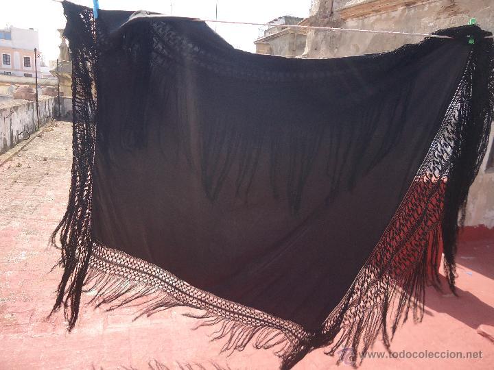 Antigüedades: ANTIGUO GRAN TAMAÑO MANTON NO BORDADO NEGRO CON ESPECTACULARES FLECOS REDECILLA 130 +60+60 - Foto 15 - 49577632
