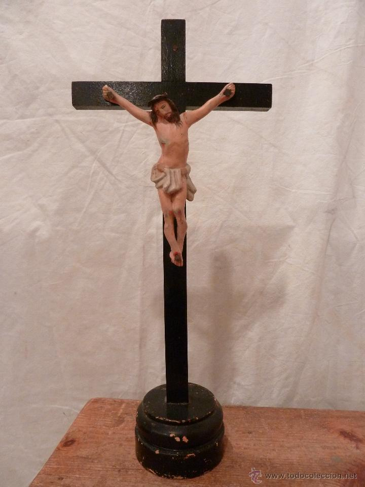 CRUCIFIJO CON PEANA – YESO Y MADERA (Antigüedades - Religiosas - Crucifijos Antiguos)