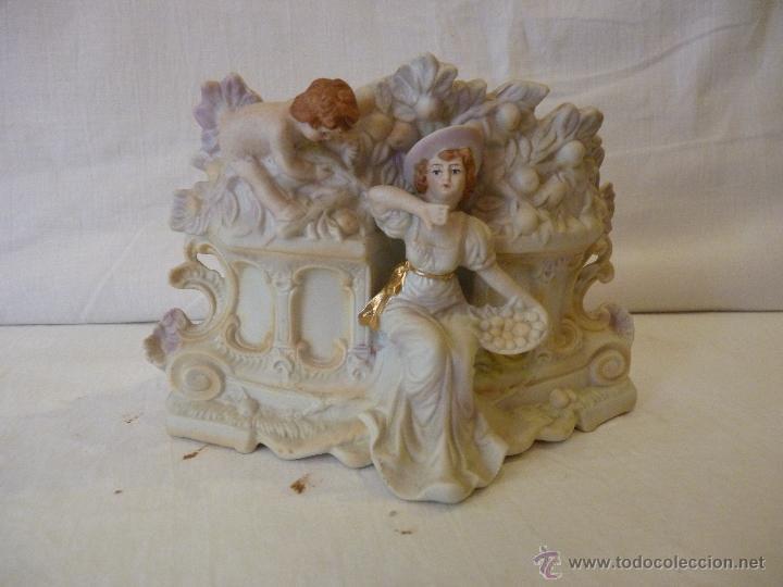 JARDINERA EN PORCELANA DE BISCUIT, COLOREADA. HACIA 1910. (Antigüedades - Hogar y Decoración - Figuras Antiguas)