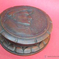 Antigüedades: CAJA MADERA. BOMBONERA. TALLA RETRATO DE AMUNDSEN. AÑOS 30.. Lote 49604901