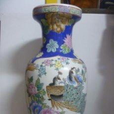 Antigüedades: PRECIOSO GRAN JARRON CHINO 41 CM - PINTADO A MANO CON PAVOS REALES Y FLORES - SELLO EN BASE. Lote 49606363
