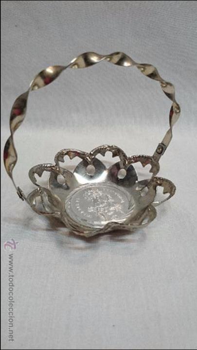 BANDEJA DE METAL EN FORMA DE CESTA DE NTRA SRA DE COVADONGA (Antigüedades - Hogar y Decoración - Bandejas Antiguas)