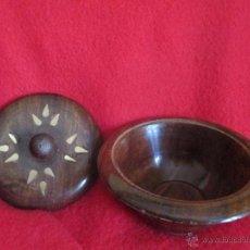 Antigüedades: CAJITA REDONDA CON DECORACION EN BRONCE. Lote 49636792