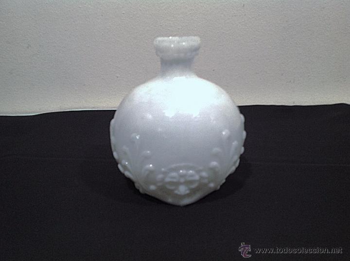 Antigüedades: Antigua Jarrón De Opalina Blanca Con Figura de León Cara - Foto 2 - 49637555