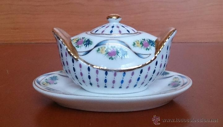 Antigüedades: Bella sopera en porcelana policromada con motivos florales y detalles en oro de ley 18 k, sellada . - Foto 3 - 49642207