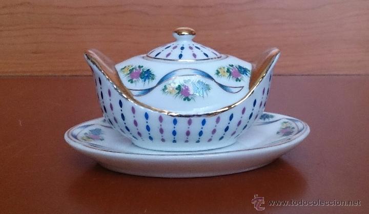 Antigüedades: Bella sopera en porcelana policromada con motivos florales y detalles en oro de ley 18 k, sellada . - Foto 5 - 49642207