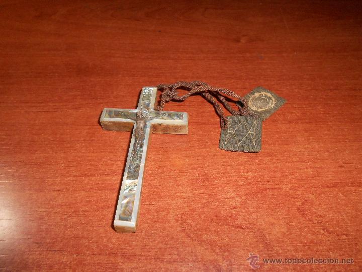 ANTIGUA CRUZ EN MADERA, FRONTAL NACARADO Y METAL CON ESCAPULARIO. CRUCIFIJO PECTORAL. (Antigüedades - Religiosas - Crucifijos Antiguos)