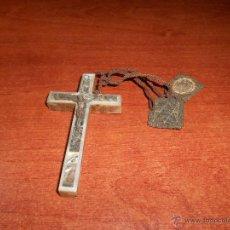 Antigüedades: ANTIGUA CRUZ EN MADERA, FRONTAL NACARADO Y METAL CON ESCAPULARIO. CRUCIFIJO PECTORAL.. Lote 49644406