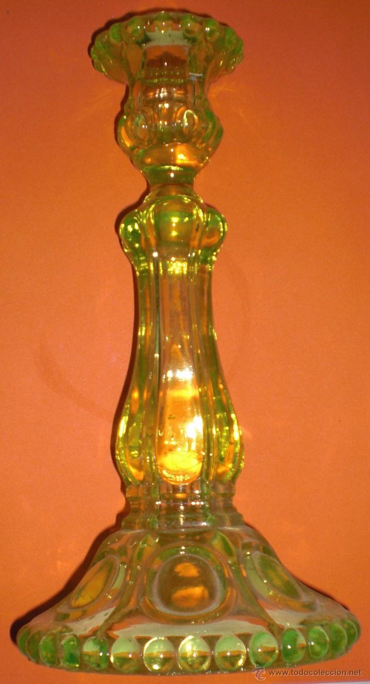 ANTIGUA CANDELABRO DE CRISTAL VERDE. (Antigüedades - Cristal y Vidrio - Otros)