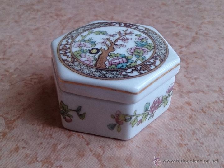 Antigüedades: Caja joyero antiguo en porcelana fina inglesa policromada con motivos orientales . - Foto 3 - 49678003