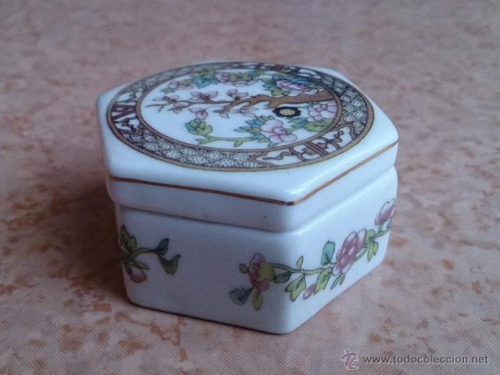 Antigüedades: Caja joyero antiguo en porcelana fina inglesa policromada con motivos orientales . - Foto 5 - 49678003