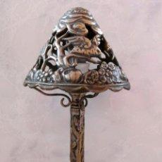 Antigüedades: MUY ANTIGUA LAMPARA DE MESILLA - TODO BRONCE - CABLE Y ENCHUFE ORIGINAL. Lote 49679429