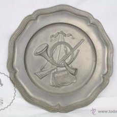 Antigüedades: ANTIGUO PLATO DECORATIVO DE PELTRE CON DECORACIÓN EN RELIEVE - EMBLEMA DE CAZA / CAZADORES. Lote 49688707