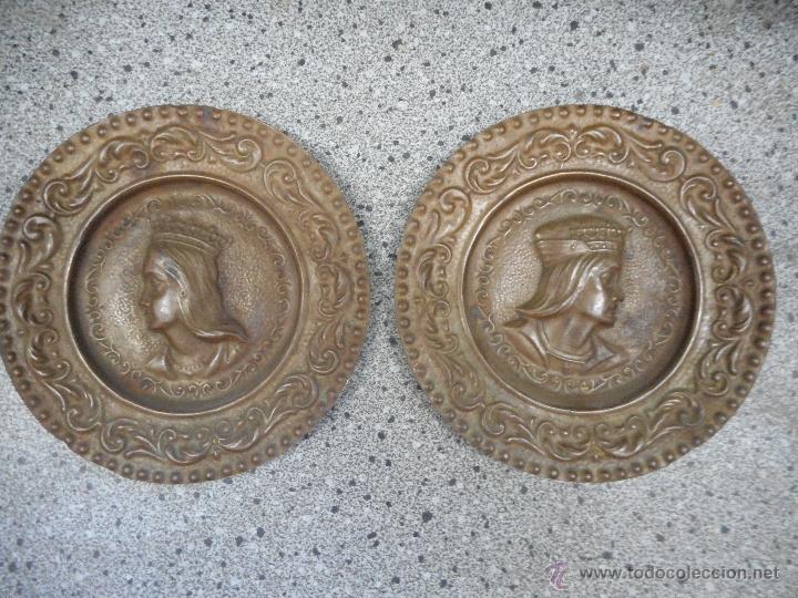 ANTIGUA PAREJA PLATOS DE LOS REYES CATOLICOS ISABEL Y FERNANDO EN SUPONGO COBRE (Antigüedades - Hogar y Decoración - Platos Antiguos)