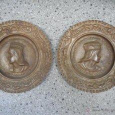 Antigüedades: ANTIGUA PAREJA PLATOS DE LOS REYES CATOLICOS ISABEL Y FERNANDO EN SUPONGO COBRE. Lote 49699806