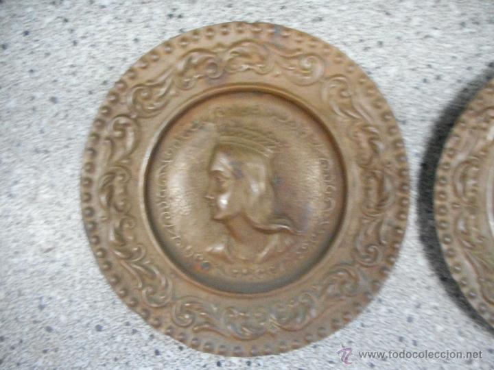 Antigüedades: antigua pareja platos de los reyes catolicos isabel y fernando en supongo cobre - Foto 2 - 49699806