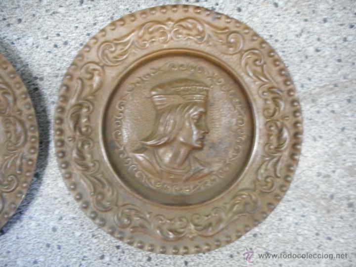 Antigüedades: antigua pareja platos de los reyes catolicos isabel y fernando en supongo cobre - Foto 3 - 49699806
