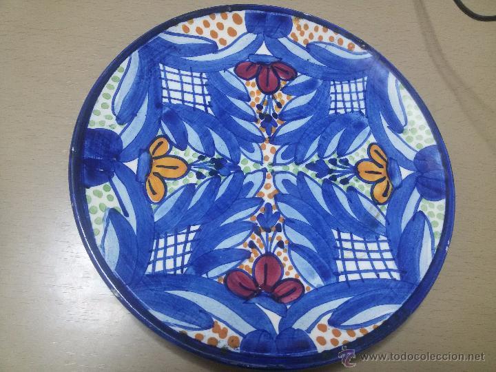 PLATO MANISES-JUAN TARIN-PINTADO A MANO-MARCA INCISA EN LA BASE-22,5 CM (Antigüedades - Porcelanas y Cerámicas - Manises)