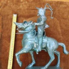 Antigüedades: FIGURA DE PIZARRO EMULANDO LA ESCULTURA DE LA PLAZA MAYOR DE TRUJILLO. DE CARTÓN-PIEDRA O SIMILAR. Lote 49776778