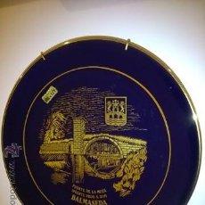 Antigüedades: PLATO DECORATIVO. RECUERDO DE BALMASEDA, PUENTE DE LA MUZA, PUENTE VIEJO S XIII. PAN DE ORO. 25 CM.. Lote 49840539