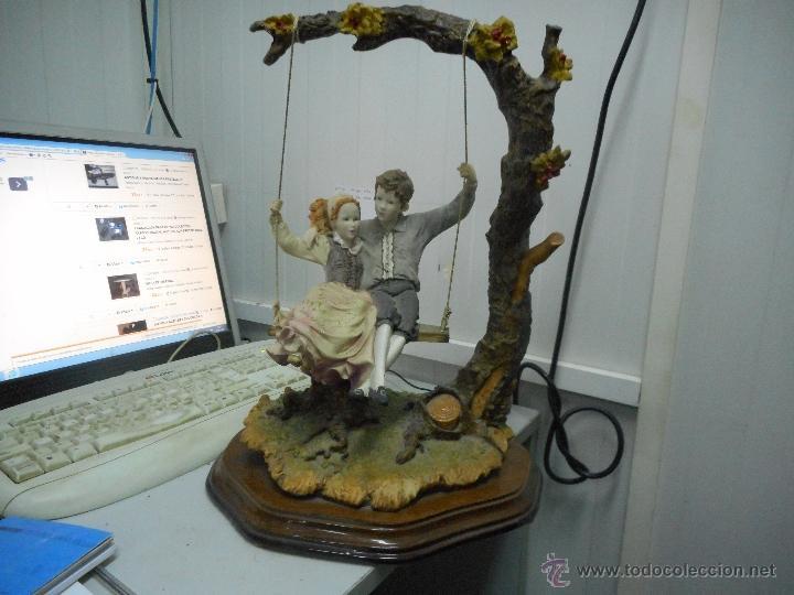 PRECIOSA FIGURA GRAN TAMAÑO PAREJA EN COLUMPIO (Antigüedades - Hogar y Decoración - Figuras Antiguas)