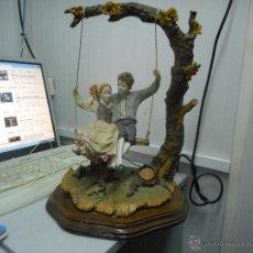 Antigüedades: PRECIOSA FIGURA GRAN TAMAÑO PAREJA EN COLUMPIO. Lote 49843315