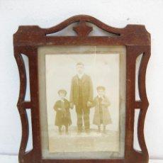 Antigüedades: PRECIOSO PORTA FOTOS ANTIGUO MODERNISTA EN MADERA MUY BUEN ESTADO, MARCO PARA FOTOS . Lote 49868848