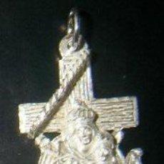 Antigüedades: CRUZ MARINERA CON VIRGEN DEL CARMEN EN PLATA DE LEY - 20X34MM. Lote 193039391