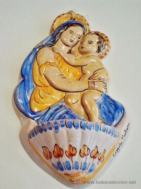 BENDITERA DE CERÁMICA. 'VIRGEN CON NIÑO'. FIRMADO: CÓPPOLA MONTAÑA, MANISES. (Antigüedades - Porcelanas y Cerámicas - Manises)