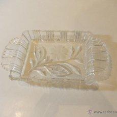 Antigüedades: BANDEJA DE CRISTAL TALLADO CON DECORACION FLORAL DE 19CMX10. Lote 49895535