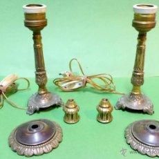 Antigüedades: PAREJA DE LAMPARAS DE BRONCE SOBREMESA ELECTRIFICADAS CON ACCESORIOS PARA MODIFICAR A PALMATORIAS. . Lote 49903962