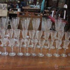 antiguo juego de copas en cristal con detalles tallados, cristaleria