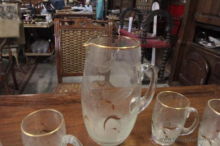 Antigüedades: Juego de jarra grande y 6 pequeñas o vasos a juego, en cristal, con detalles tallados y dorado - Foto 2 - 49911142