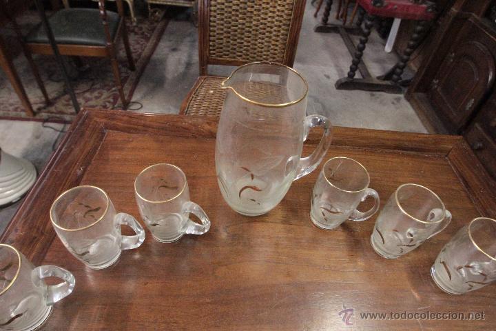 Antigüedades: Juego de jarra grande y 6 pequeñas o vasos a juego, en cristal, con detalles tallados y dorado - Foto 3 - 49911142
