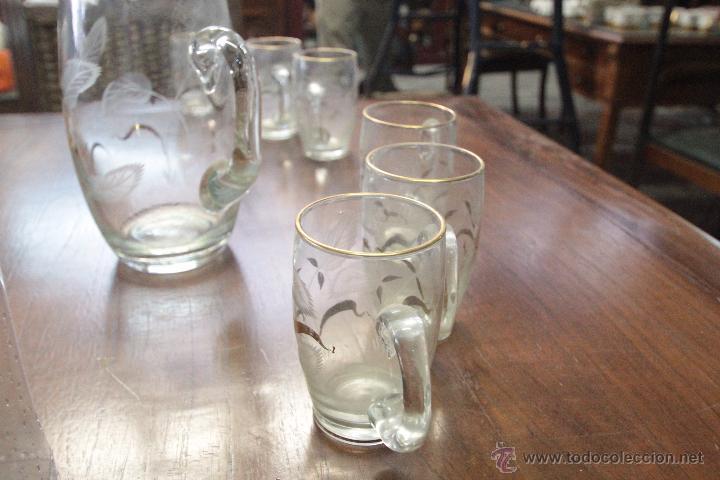 Antigüedades: Juego de jarra grande y 6 pequeñas o vasos a juego, en cristal, con detalles tallados y dorado - Foto 7 - 49911142