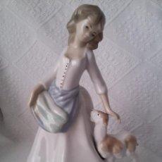 Antigüedades: FIGURA DE PORCELANA HAND PAINTED MADE IN SPAIN-25 CM-PINTADA A MANO-BUEN ESTADO. Lote 49929222