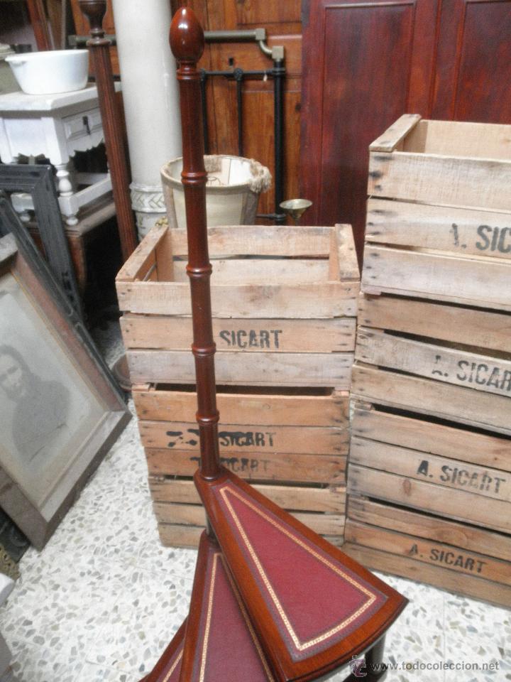 antigedades escalera de biblioteca de peldaos con piel foto