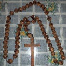 Antigüedades: GRAN ROSARIO DE CUENTAS DE MADERA TALLADA A MANO MIDE 93 CM. . Lote 49949627
