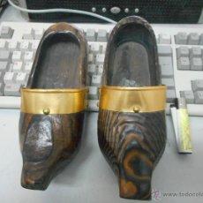 Antigüedades: PAREJA ZUECO MADERA PARA COLGAR. Lote 49954086