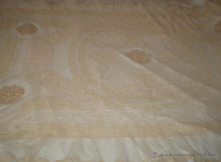 Antigüedades: mantel antiguo con tela de red bordado con encajes siglo xix - Foto 3 - 49958103