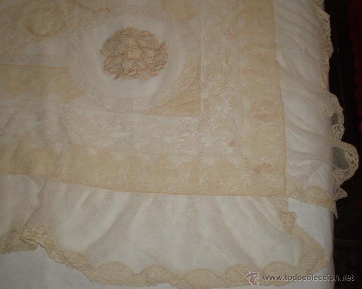 Antigüedades: mantel antiguo con tela de red bordado con encajes siglo xix - Foto 5 - 49958103