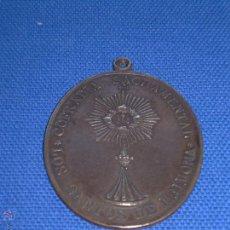 Antigüedades: ANTIGUA MEDALLA DE LA HERMANDAD SACRAMENTAL DE LOS SANTOS DE MAIMONA - BADAJOZ - 6 X 4.5 CM. Lote 49960904