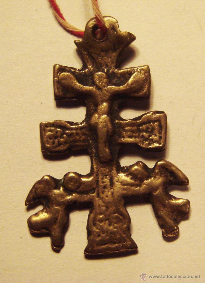 ANTIGUA Y PEQUEÑA CRUZ DE CARAVACA DE BRONZE MUY ANTIGUA GASTADA DEL USO 4 CM. (Antigüedades - Religiosas - Cruces Antiguas)