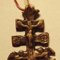 Antigüedades: ANTIGUA Y PEQUEÑA CRUZ DE CARAVACA DE BRONZE MUY ANTIGUA GASTADA DEL USO 4 CM.. Lote 49966330