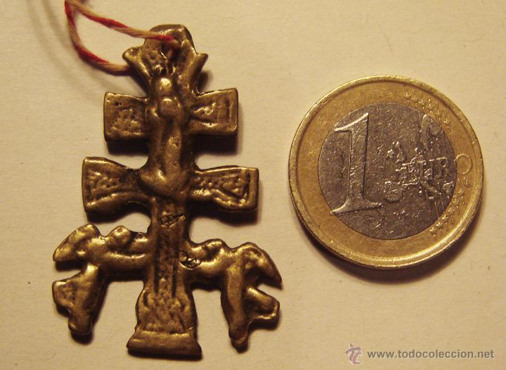 Antigüedades: ANTIGUA Y PEQUEÑA CRUZ DE CARAVACA DE BRONZE MUY ANTIGUA GASTADA DEL USO 4 CM. - Foto 3 - 49966330
