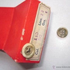 Antigüedades: 140 ANTIGUOS BOTONES COLOR BEIG CON SU CAJA ORIGINAL. Lote 49972614