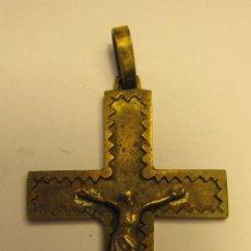 Antigüedades: CRUZ CRUCIFIJO DE BRONCE. DISEÑO AÑOS 50. 5,5 X 3,5 CM. Lote 49997063