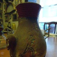 Antigüedades: RARO JARRON ESTILO PREHISTORICO , PREHISTORIA, PINTADO , CON UNAS CABEZAS POR ASAS - 18 CM BARRO. Lote 50002943