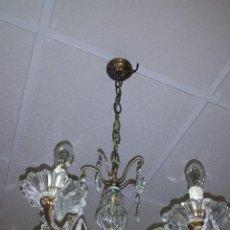 Antigüedades: ANTIGUA LAMPARA CON LAGRIMAS DE CRISTAL Y BRONCE. Lote 50018451