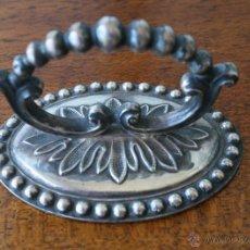 Antigüedades: ANTIGUA MAGNIFICA ASA TAPADERA EMBELLECEDOR TIRADOR INGLESA METAL PLATEADO - NUMERADA GRABADA BASE. Lote 50054119